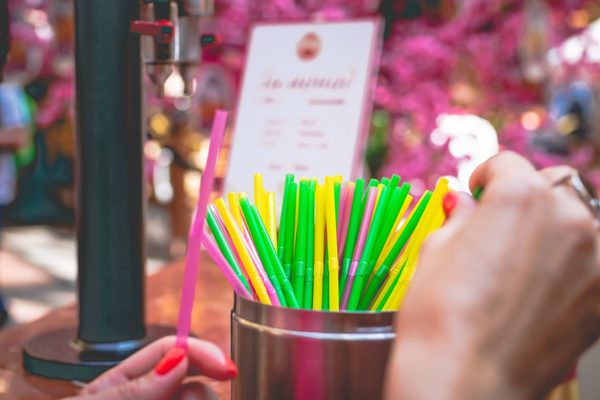 assorted-coloured-straws